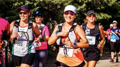 grupa osób biegnących w wyścigu