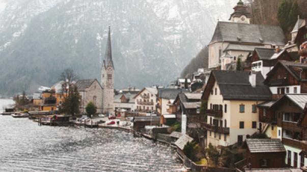 widok na austriackie miasteczko góry jezioro