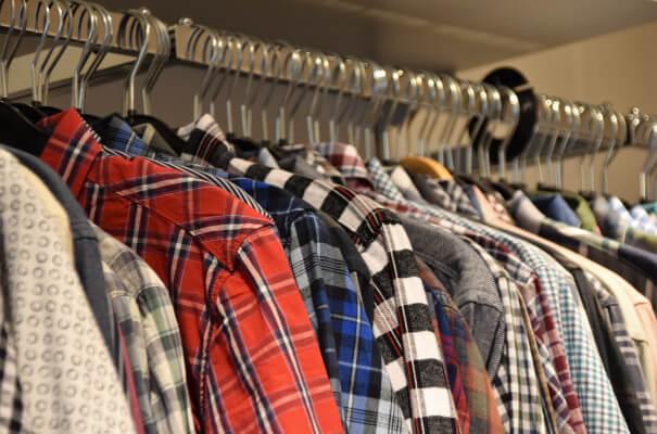 wnętrze szafy, wieszaki z ubraniami