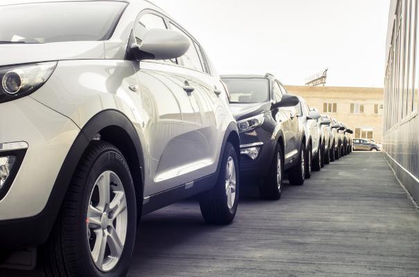 auta parkujące w rzędzie