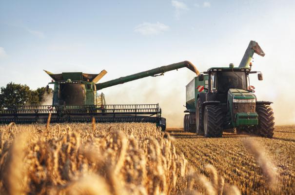 maszyny rolnicze na polu w trakcie żniw