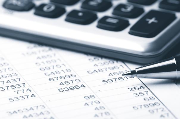 kalkulator długopis i rzędy liczb wydrukowane na kartce