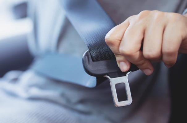 zapięcie pasa bezpieczeństwa w samochodzie osobowym