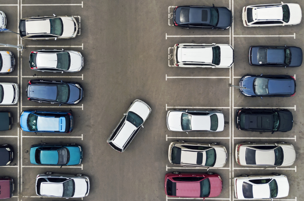parking z autami widok z lotu ptaka