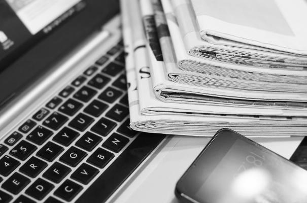 laptop i gazety