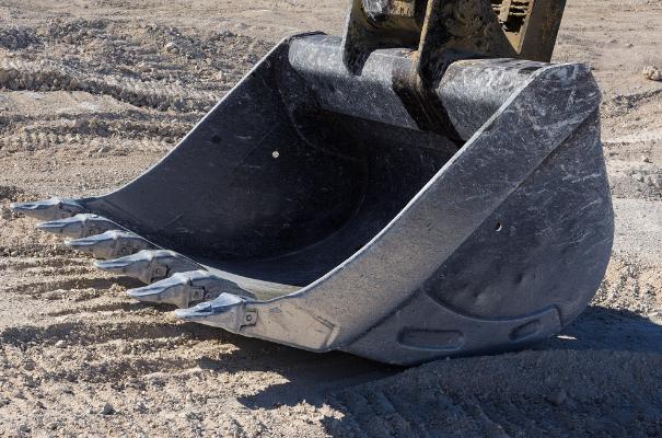 łyżka koparki oparta o piach